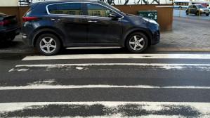 """Na pewno """"nie zauważył"""", że parkuje na przejściu"""
