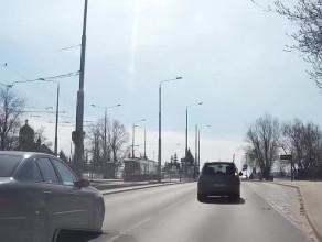 Do kierowcy starszego mercedesa