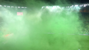 Kibice i piłkarze Lechii świętują zwycięstwo nad Arką