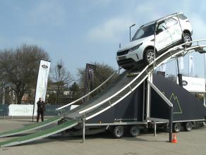 Land Rovery na torze przeszkód przy galerii handlowej
