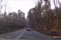 Dwóch kierowców łamie przepis