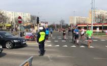 Policja przepuszcza samochody w przerwach...