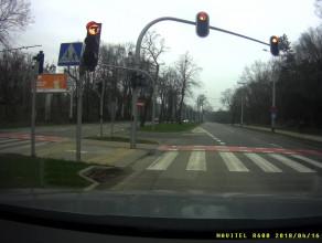 Motocyklista przejeżdża na czerwonym