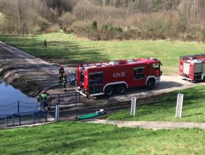 Strażacy pompują wodę ze zbiornika retencyjnego w Małym Kacku