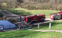 Strażacy pompują wodę ze zbiornika...
