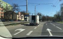 Kurier z otwartą skrzynią jedzie po Gdyni