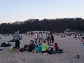 Tłum ludzi na gdyńskiej plaży