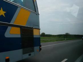 Autokary arkowców jadą autostradą do Warszawy