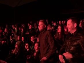 Publiczność tańczy w Operze Leśnej