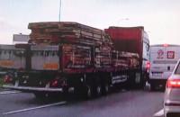 Ciężarówka urywa lusterko