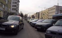 BMW jedzie chodnikiem w Gdyni