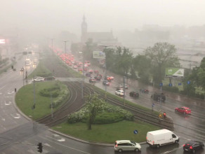 Deszcz z gradem w centrum Gdańska