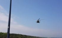 Śmigłowce przelatują nad molo w Brzeźnie