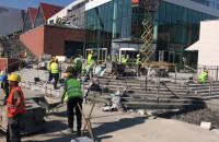 Środa rano - pracownicy uwijają się przy budowie Forum Gdańsk