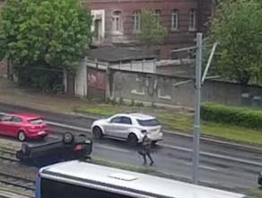 Moment dachowania na Podwalu Przedmiejskim i ucieczka kierowcy z torbą