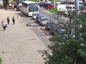 Pieszy patrol SM nie zwraca uwagi na parkowanie