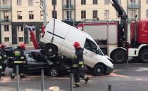 Strażacy usuwają skutki stłuczki przy...
