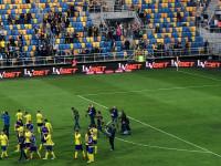 Piłkarze i kibice Arki po ostatnim meczu sezonu 2017/18
