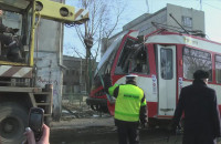 Tramwaj wypadł z torowiska i uderzył w budynek.