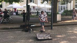 Skrzypek wyczynia cuda przy wejściu na plażę w Gdyni