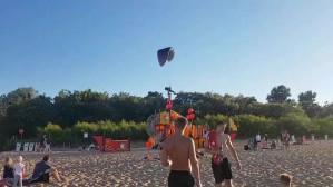 Motolotniarz ląduje na plaży w Brzeźnie