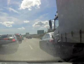 Ciężarówka taranuje osobówkę na obwodnicy