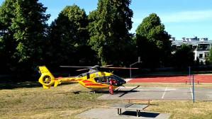 Helikopter Lotniczego Pogotowia Ratunkowego na szkolnym boisku