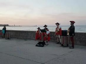 Muzyczni muszkieterowie na bulwarze w Gdyni