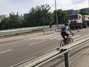 Rowerzyści na Stryjskiej w Gdyni jadą pod prąd w trakcie remontu