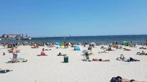 Słoneczny dzień na plaży w Gdyni