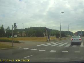 Kierowca doprowadza rowerzystę do upadku