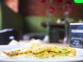 Omlet z wędzoną trocią i szczypiorkiem