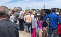 Tłumy w kolejce do zwiedzania okrętu...