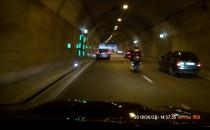 Motocyklista w tunelu... Wywrotka, tunel...