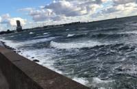 Wzburzone fale odbijają się o bulwar w Gdyni