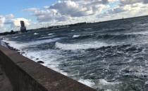 Wzburzone fale obijają się o bulwar w Gdyni