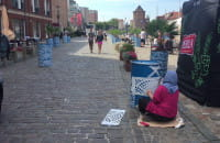 Malują beczki na Szafarni