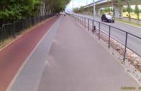 Po lewej mamy drogę rowerową z wyznaczonym kierunkiem jazdy w dół!