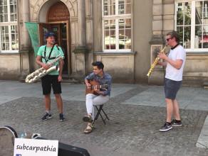 Kiczowaty Gdańsk - carillon zagłuszany przez grajków