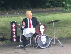 Donald Trump na perkusji na bulwarze