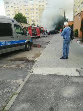 Straż gasi palące się auto