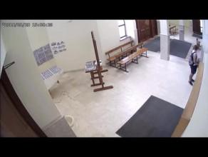 Policja szuka mężczyzny, który okrada kościoły
