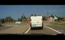 Dwóch kierowców na czerwonym świetle