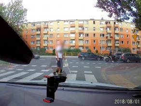 Kierowca pomaga niewidomemu przejść przez jezdnię