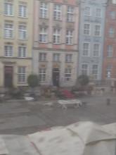 Przewrócone parasole na Długim Targu