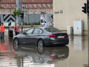 Porzucone BMW na środku ulicy