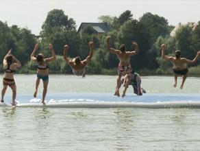 Skakali do wody z planszy akrobatycznej