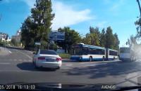 Dwa autobusy z pasażerami na czerwonym świetle