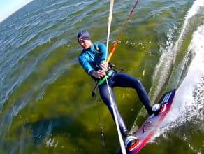 Kitesurfing, czyli deska na wodzie z latawcem
