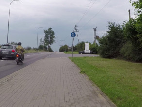 Pomiędzy motocyklami wyprzedza na trzeciego
